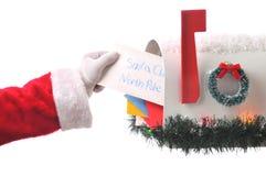 Papá Noel que toma la letra de la caja Foto de archivo libre de regalías