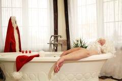 Papá Noel se relaja en baño Imágenes de archivo libres de regalías