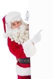Papá Noel sonriente que señala el cartel Fotos de archivo libres de regalías
