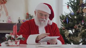 Papá Noel usando la tableta digital almacen de video