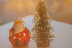 Papá Noel y árbol de navidad foto de archivo