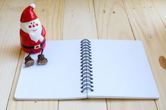 Papá Noel y cuaderno en blanco Foto de archivo
