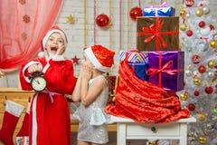 Papá Noel y entrega Noche Vieja el ayudante de los presentes últimos Foto de archivo libre de regalías