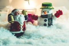 Papá Noel y muñeco de nieve, en noche de la Feliz Navidad Fotografía de archivo libre de regalías