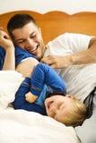 Papá que cosquillea al niño. foto de archivo libre de regalías