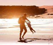 Papá que juega con la hija del bebé Imagen de archivo