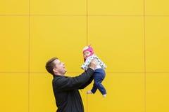 Papá que se divierte con la hija Fotos de archivo