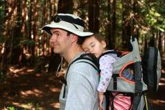 Papá que va de excursión con el bebé Foto de archivo