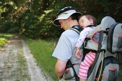 Papá que va de excursión con el bebé Fotos de archivo