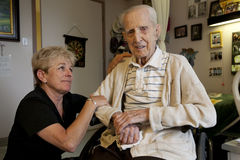 Papá que visita de la hija en el centro de asistencia a largo plazo Imagen de archivo