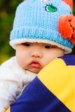 Papá y bebé en abrazo precioso Imagen de archivo libre de regalías