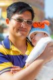 Papá y bebé en abrazo precioso Fotos de archivo libres de regalías