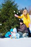 Papá y cabritos en un parque del invierno Imagen de archivo