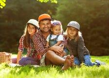 Papá y sus 3 hijas foto de archivo libre de regalías