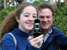 Papá y teléfono adolescentes de la cámara Imagenes de archivo