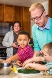 Papás en cocina fotos de archivo