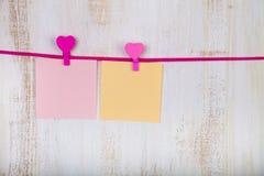 Papéis coloridos para notas e corações Fotografia de Stock