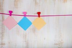 Papéis coloridos para notas e corações Imagens de Stock