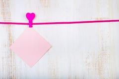 Papéis coloridos para notas e corações Fotos de Stock Royalty Free