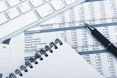 Papéis, computador e materiais de escritório financeiros Foto de Stock Royalty Free
