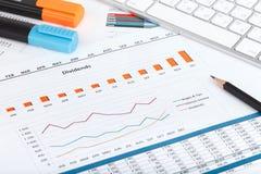 Papéis, computador e materiais de escritório financeiros fotografia de stock