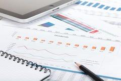 Papéis, computador e materiais de escritório financeiros imagem de stock royalty free