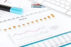 Papéis, computador e materiais de escritório financeiros imagens de stock royalty free