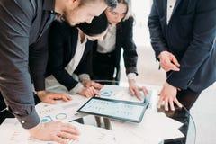 Papéis da pesquisa de defeitos da gestão da reunião de negócios fotografia de stock
