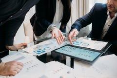 Papéis da pesquisa de defeitos da gestão da reunião de negócios fotos de stock