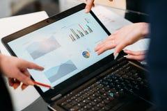 Papéis da pesquisa de defeitos da gestão da reunião de negócios foto de stock royalty free