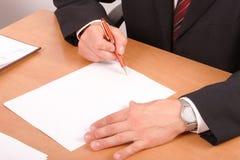 Papéis de assinatura do homem de negócios foto de stock