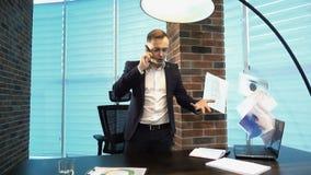 Papéis de jogo do homem de negócios irritado no escritório filme