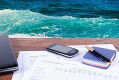 Papéis de negócio e acessórios do negócio na tabela Conceito do negócio imagens de stock