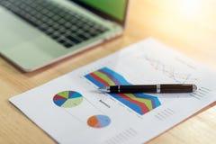Papéis dos documentos de negócio, gráficos financeiros dos relatórios das estatísticas e cartas no escritório imagem de stock royalty free