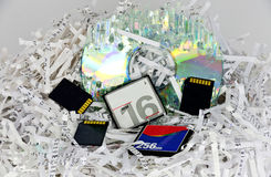 Papéis e dispositivos Shredded do armazenamento de dados  Imagens de Stock