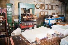 Papéis e máquina da imprensa na fábrica imagens de stock royalty free