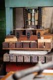 Papéis na máquina da imprensa na fábrica Fotografia de Stock