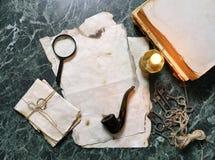 Papéis retros e livro na tabela de trabalho do detetive com ferramentas Foto de Stock Royalty Free