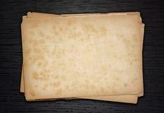 Papéis velhos da pilha em um de madeira Fotos de Stock