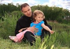 Papà con la figlia sulla natura. Fotografie Stock Libere da Diritti