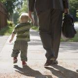 Papá de trabajo que recorre con el hijo Imagenes de archivo
