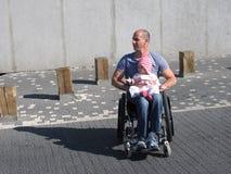 Papá e hija del sillón de ruedas Fotografía de archivo