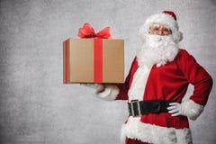 Papá Noel con el rectángulo de regalo Imagen de archivo libre de regalías