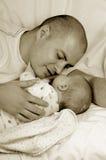 Papá y pequeño bebé Foto de archivo libre de regalías