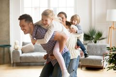 Papa affectueux ferroutant la petite fille jouant avec la famille à h Photos libres de droits