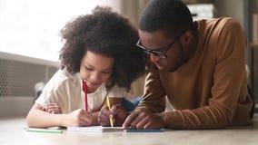 Papa africain heureux et jeu de dessin mignon de fille d'enfant ensemble clips vidéos