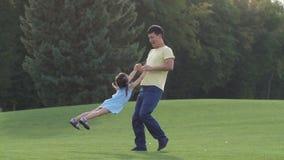 Papa asiatique affectueux jouant avec sa belle fille banque de vidéos