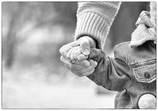 Papa attachant les dentelles sur des espadrilles d'un enfant Image stock