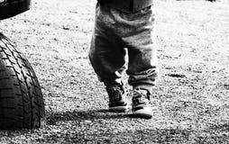 Papa attachant les dentelles sur des espadrilles d'un enfant Photos libres de droits
