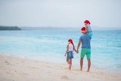 Papa avec des enfants des vacances de Noël Les vacances de Noël avec la jeune famille de trois appréciant leur mer se déclenchent Photos stock